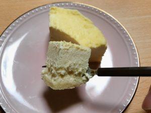 チーズケーキを食べる