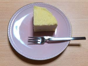 チーズケーキを皿に乗せる