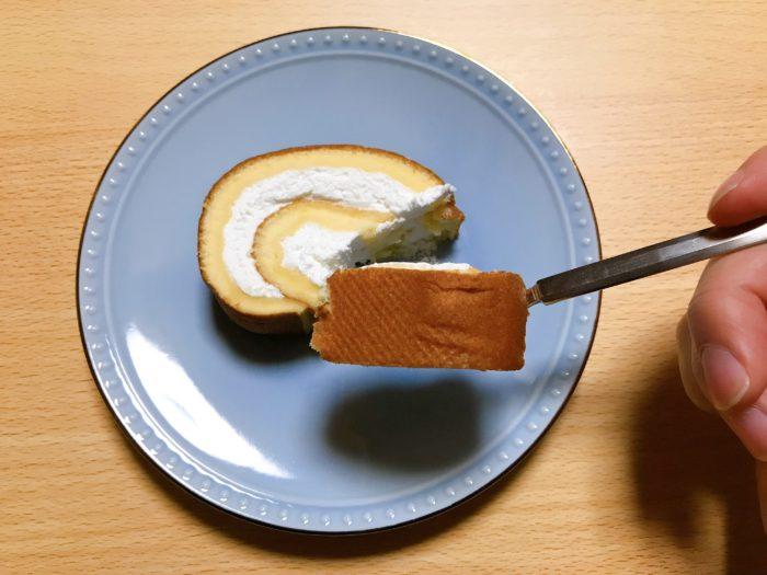 クリームスフレロールを食べる