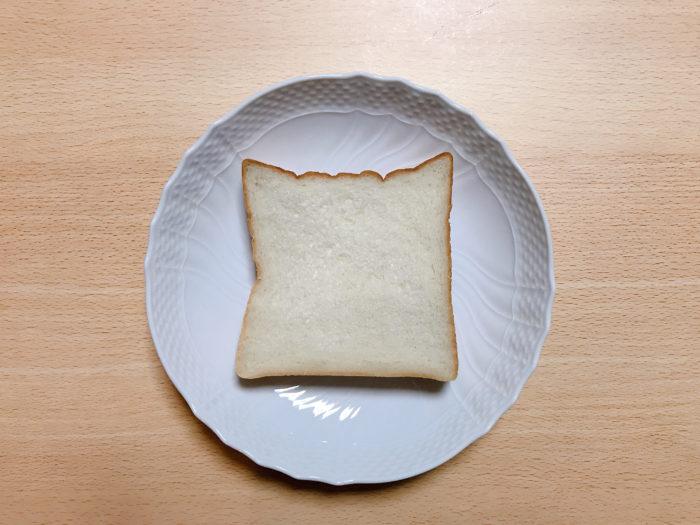 午後の食パンをカット