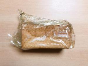 午後の食パンが袋に入ってる