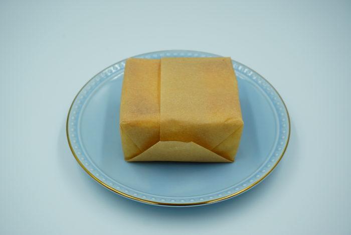 チーズケーキホリックのケーキを取り出す