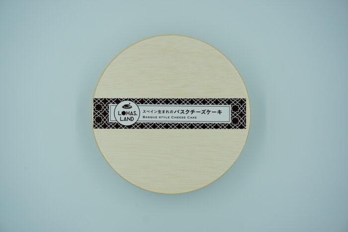 九州お取り寄せ本舗のバスクチーズケーキの箱の上