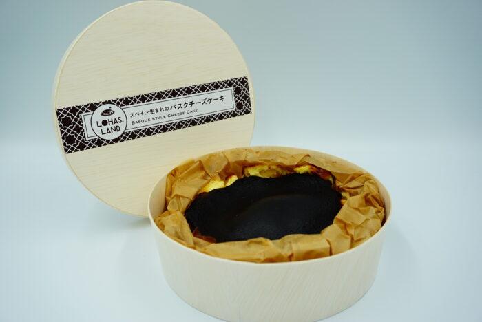 九州お取り寄せ本舗のバスクチーズケーキの箱を開ける