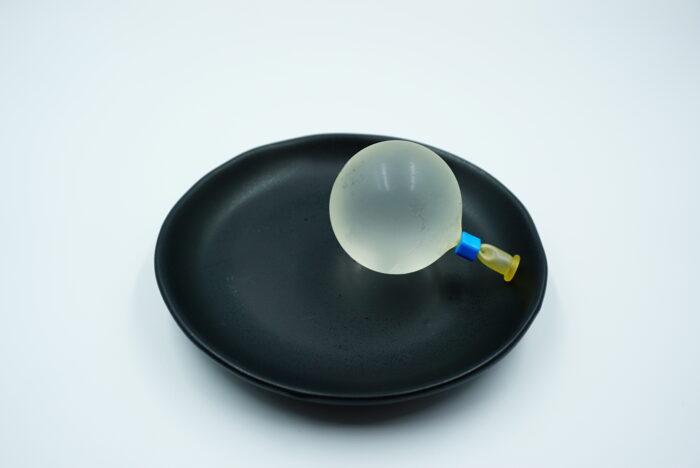 まるもち家の水まる餅を皿に置く